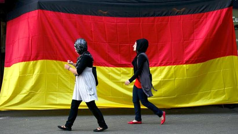 Integrationsdebatte: Deutsche Flagge in Berlin-Neukölln: Die meisten Muslime in Deutschland sind gut integriert (Archivbild vom Sommer 2010)