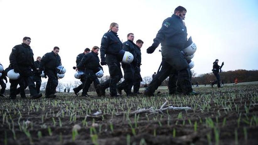 Anti-Atomkraft-Proteste: Polizisten im Wendland auf dem Weg zu den Bahngleisen