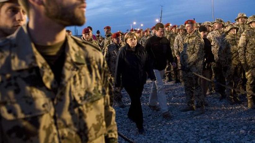 Angela Merkel und Karl-Theodor zu Guttenberg in Afghanistan