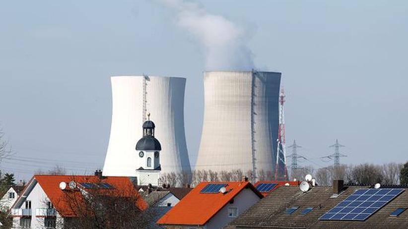 Atom-Debatte: Dampf steigt über den Kühltürmen des Atomkraftwerks in Philippsburg auf