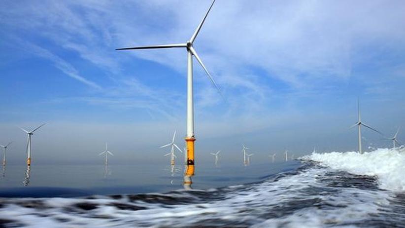 Energiewende: Windkraftturbinen in einem Offshore Park