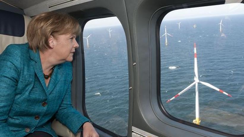 Angela Merkel: Bundeskanzlerin Angela Merkel (CDU) betrachtet beim Überflug mit einem Hubschrauber den Offshore Windpark Baltic 1 vor der Ostseeküste.