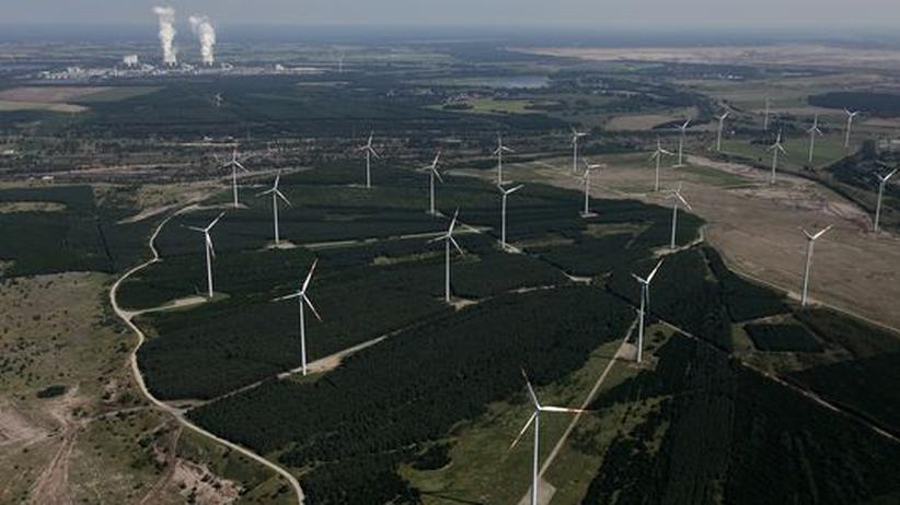 Kohlekraftwerk (hinten) und Windturbinen
