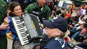Polizisten entfernen eine Teilnehmerin der Sitzblockade vor dem Stuttgarter Bahnhofsprojekt