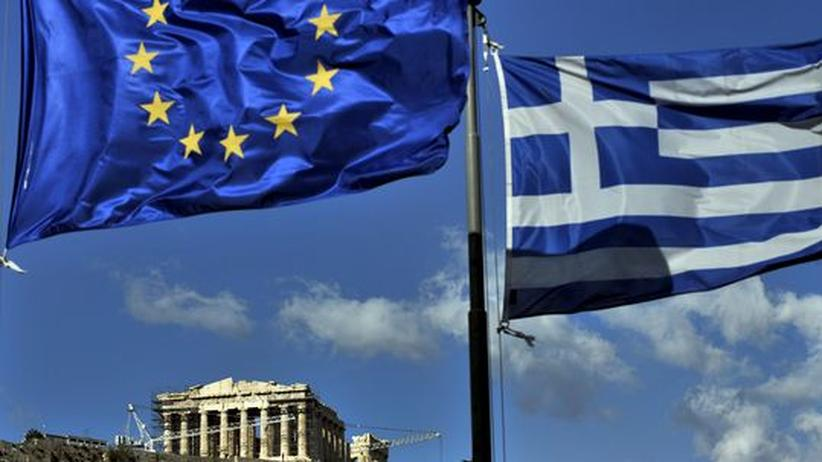 Europapolitik: Die europäische und die griechische Flagge vor dem Parthenon in Athen