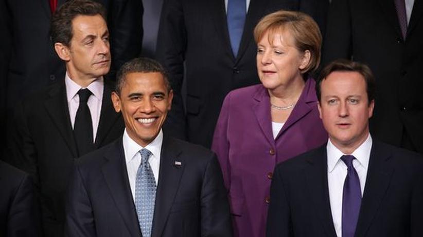 Außenpolitik: Bundeskanzlerin Angela Merkel zusammen mit Barrack Obama, Nicolas Sarkozy und David Cameron auf einem Nato-Gipfel Ende 2010.