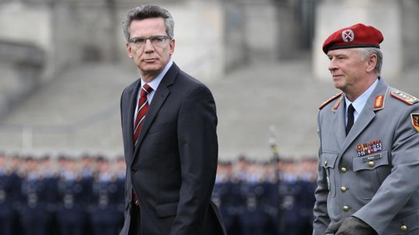 Verteidigungsminister Thomas de Mazière bei einem Rekruten-Gelöbnis in Berlin (Archiv)