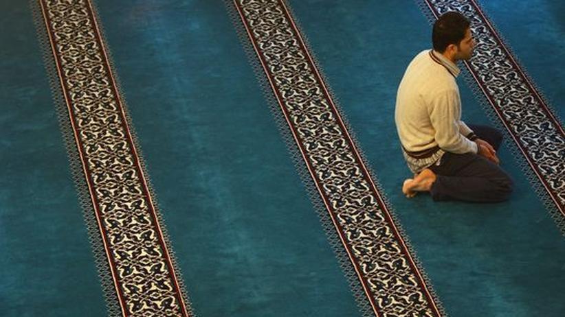 Integration: Ein junger Muslim betet in einer Berliner Moschee.