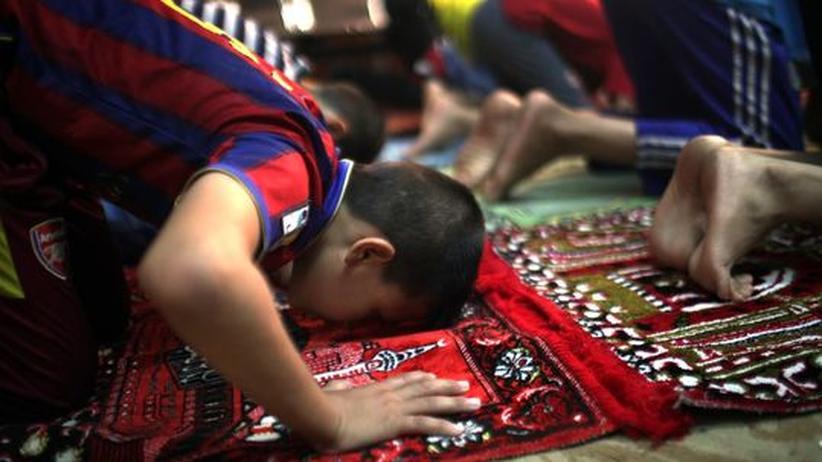 Religion in der Schule: Mehrere Jungen beten in einem Waisenhaus in der irakischen Hauptstadt Bagdad.