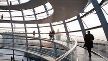 Den Erbauern ist die gläserne Kuppel des Reichtagsgebäudes Symbol für die nötige Transparenz der Politik in der Demokratie.