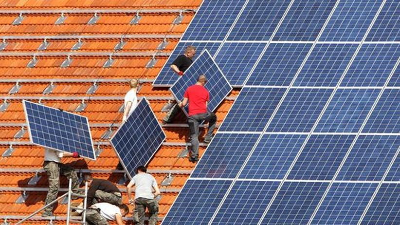 Energiewende: Montage von Solar-Elementen