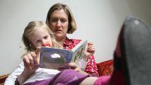 Eine Mutter liest ihrem Kind vor