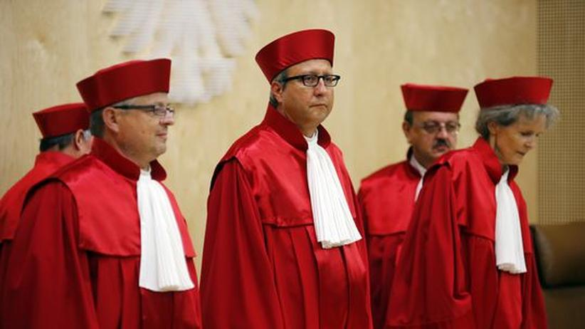 Euro-Krise: Verfassungsgerichtspräsident Andreas Voßkuhle mit seinen Kollegen vor der Urteilsverkündung in Karlsruhe