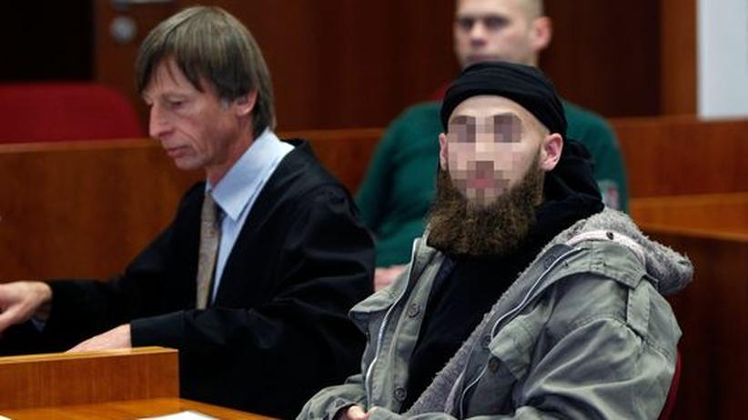 Pro-NRW-Demo: Der Angeklagte im Landgericht Bonn neben seinem Anwalt