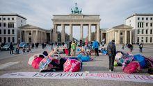 Die Hungerstreikenden am Sonntag – beim Entrollen eines Transparents