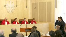 Innenminister Hans-Peter Friedrich (rechts) vor dem Verfassungsgericht