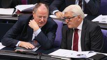 Unterstützung für Merkel: Der designierte SPD-Kanzlerkandidat Peer Steinbrück und Fraktionschef Frank-Walter Steinmeier besprechen sich im Bundestag.