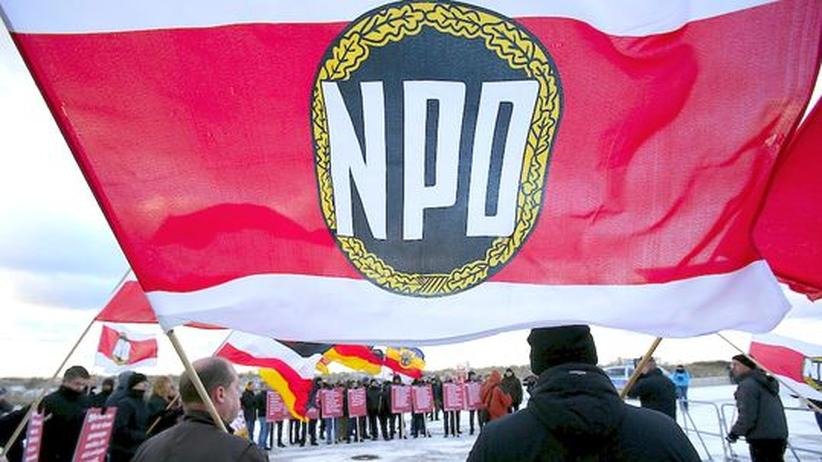 Presseschau: NPD-Protest vor dem Tagungsort der Innenminister in Rostock-Warnemünde