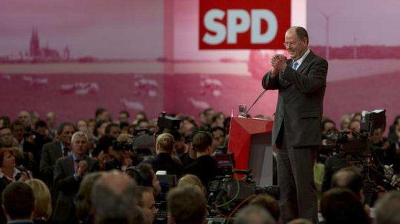 Peer Steinbrueck genießt den Applaus nach seiner Rede auf dem Bundesparteitag der SPD. Die Deligierten wählten ihn mit 93 Prozent zu ihrem Kanzlerkandidaten.