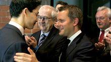 FDP-Chef Philipp Rösler nimmt Glückwünsche von Gesundheitsminister Daniel Bahr entgegen. Im Hintergrund Bundestagsfraktionschef Rainer Brüderle und Schleswig-Holsteins FDP-Fraktionschef Wolfgang Kubicki