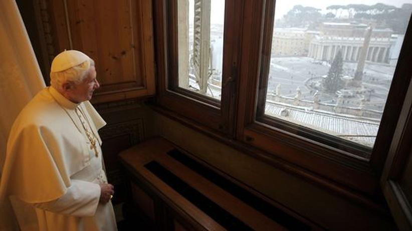 Rücktritt: Papst Benedikt XVI. blickt auf den verschneiten Petersplatz vor dem Vatikan in Rom.