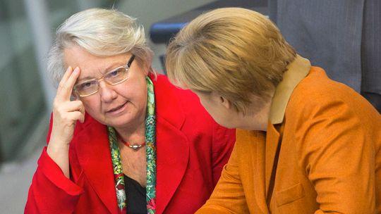 Belastung für Kanzlerin durch ihr hartnäckiges Leugnen: Annette Schavan und Angela Merkel im Bundestag