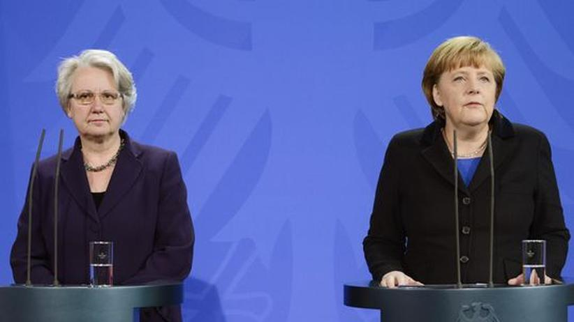 Plagiatsvorwurf: Annette Schavan und Bundeskanzlerin Angela Merkel treten gemeinsam vor die Presse und geben den Rücktritt der Bildungsministerin bekannt.