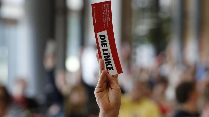Parteitag: Ein Mitglied der Linken bei einer Abstimmung auf dem Dresdner Parteitag