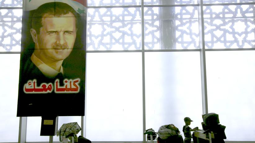 Ein Bild des syrischen Präsidenten Baschar al-Assad im Flughafen von Damaskus