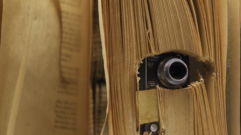 NSA-Datenweitergabe: Eine kleine Fotokamera in einem Buch, wie sie von der CIA eingesetzt wurde, im Spionagemuseum in Oberhausen