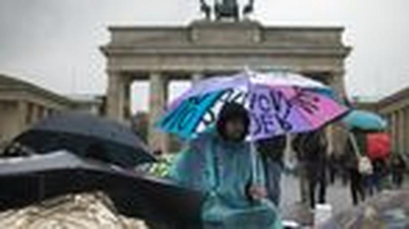 Asylbewerber: 29 Asylbewerber sind vor dem Brandenburger Tor in den trockenen Hungerstreik getreten.