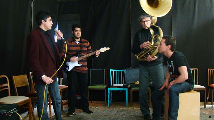 Amir (links) will mit seiner Flüchtlings-Band auf der Landesgartenschau auftreten