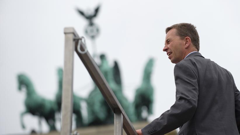 AfD: Bernd Lucke, Spitzenkandidat der europakritischen AfD, bei der Abschlusskundgebung seiner Partei am Wahlsonntag vor dem Brandenburger Tor