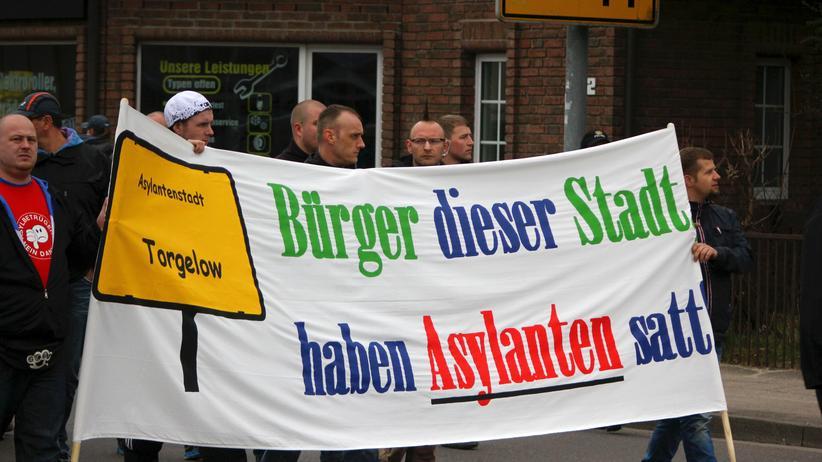 Dan Schünemann (rechts) und Rocco Murawski (mit Brille hinterm Banner) bei einer von NPD-Mann Tino Müller angemeldeten Demonstration gegen die Aufnahme von Flüchtlingen in Ueckermünde