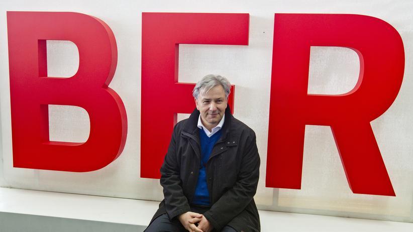 Flughafen BER : Berlins Regierender Bürgermeister Klaus Wowereit (SPD) vor einem Logo des Hauptstadtflughafens