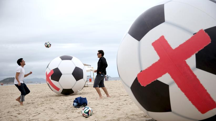 WM in Brasilien: Proteste gegen die WM am Strand von Rio de Janeiro
