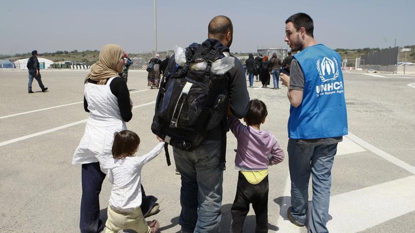 Innenministerkonferenz: UNHCR-Mitarbeiter und Flüchtlinge in einem sizilianischen Hafen