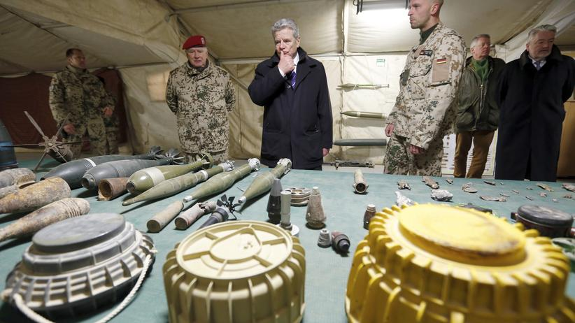 Bundespräsident Gauck im Bundeswehr-Feldlager Marmal in Afghanistan
