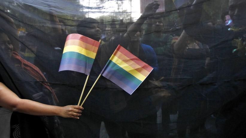 Rheinland-Pfalz: Demonstrantin mit Regenbogenfahne