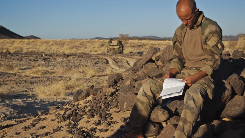 Deutsche Verantwortung: Ein französischer Soldat in Mali. Gemeinsam mit afrikanischen Einheiten haben französische Truppen in dem Land im vergangenen Jahr islamistische Kämpfer zurückgedrängt.