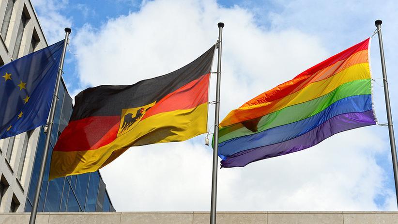 Bundesregierung: Die Regenbogenfahnen vor dem Familienministerium in Berlin