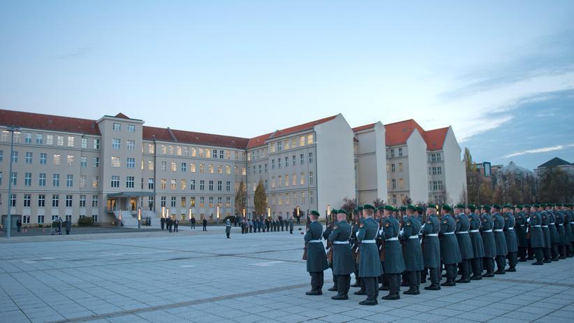 Soldaten am Bundesverteidigungsministerium in Berlin