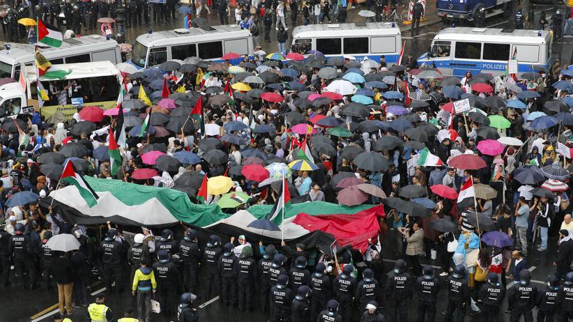 """""""Israel-vergasen""""- und """"Sieg-Heil""""-Rufe in Berlin"""