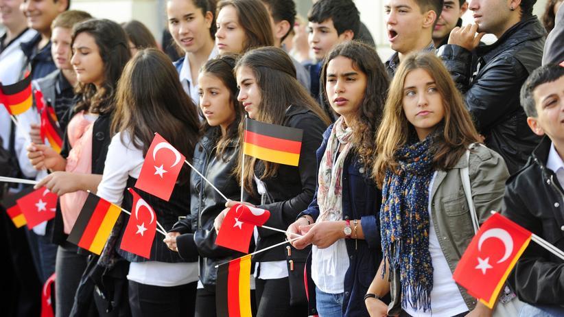 Doppelpass: Jugendliche mit deutschen und türkischen Fähnchen (Archiv)