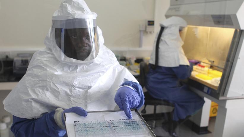 Seuche: Ein Doktor in einem Ebola-Zentrum in nahe der ugandischen Hauptstadt Kampala