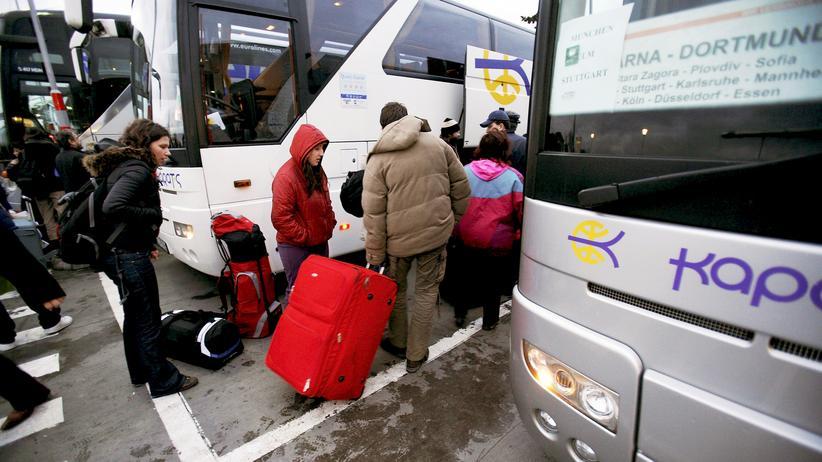 Armutszuwanderung: Ein Bus mit Fahrtziel Deutschland in Bulgarien