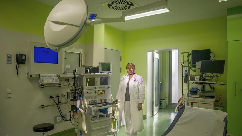 Zuwanderung: Die Ärztin Siven Relindise, eine gebürtige Kamerunerin, arbeitet heute im Krankenhaus im brandenburgischen Luckau.