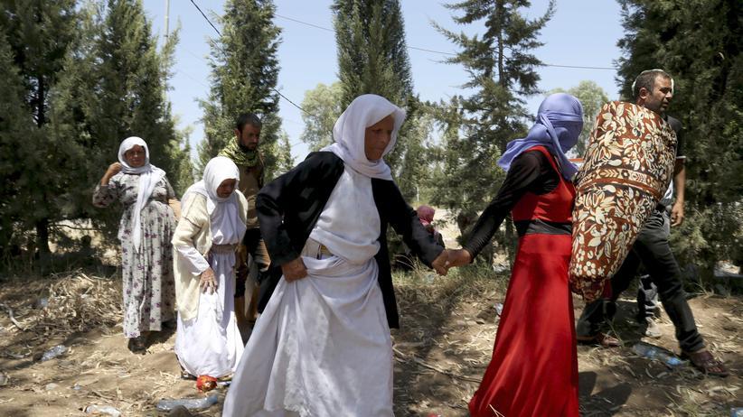 Irak-Krise: Jesidische Kurden überqueren die irakisch-syrische Grenze im Nordirak.