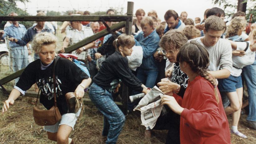 Paneuropa-Picknick 1989: Endlich frei: DDR-Bürger drängen am 19. August 1989 durch ein Grenzgatter in der Nähe von Sopron