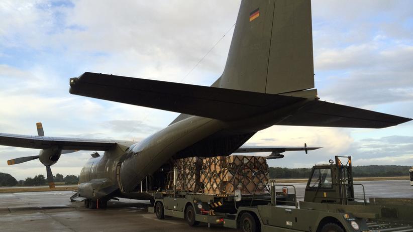 Ebola: Hilfsgüter werden in eine Transall-Maschine der Bundeswehr geladen (Archivbild).